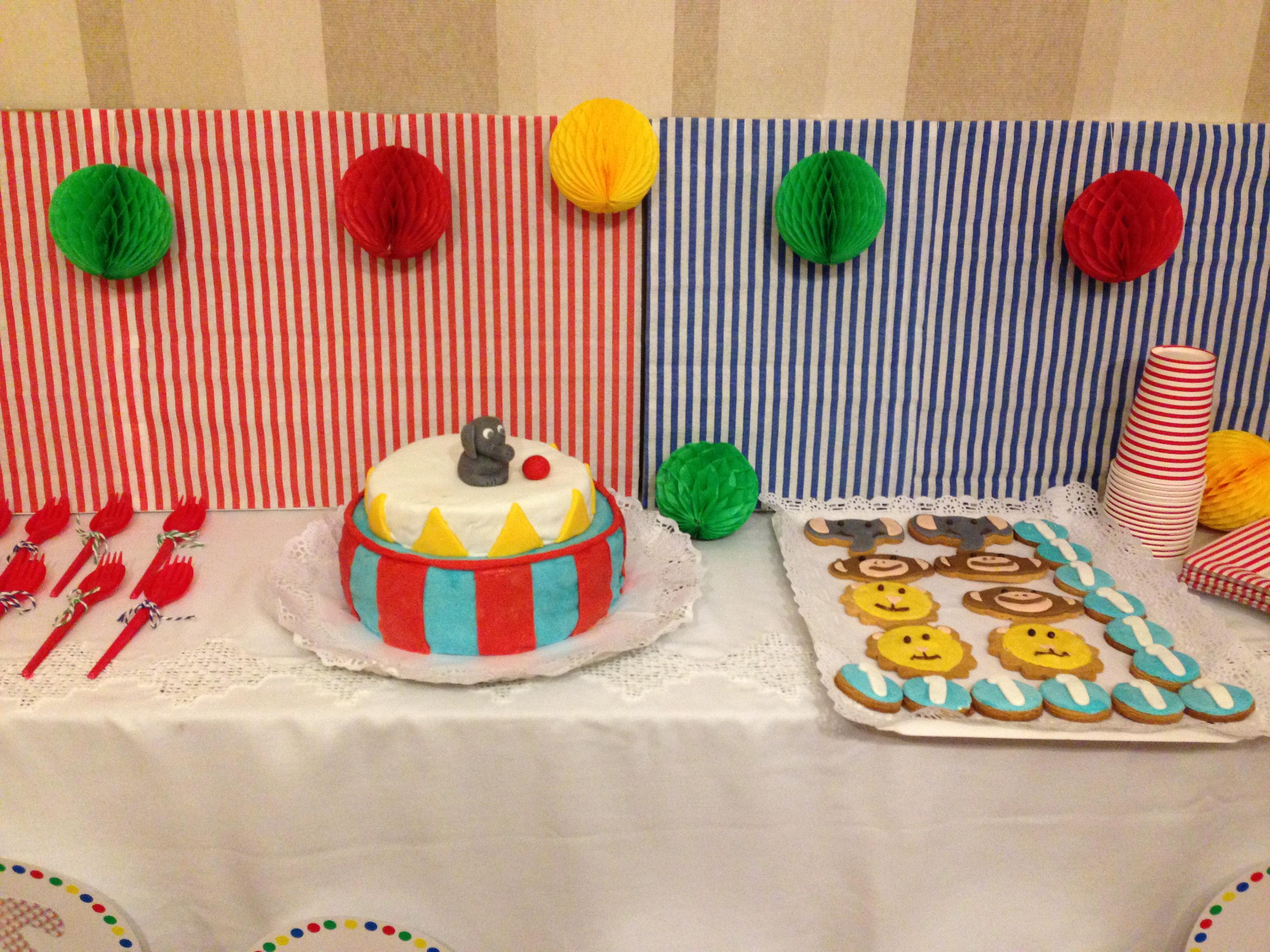 15. mesa con tarta y galletas