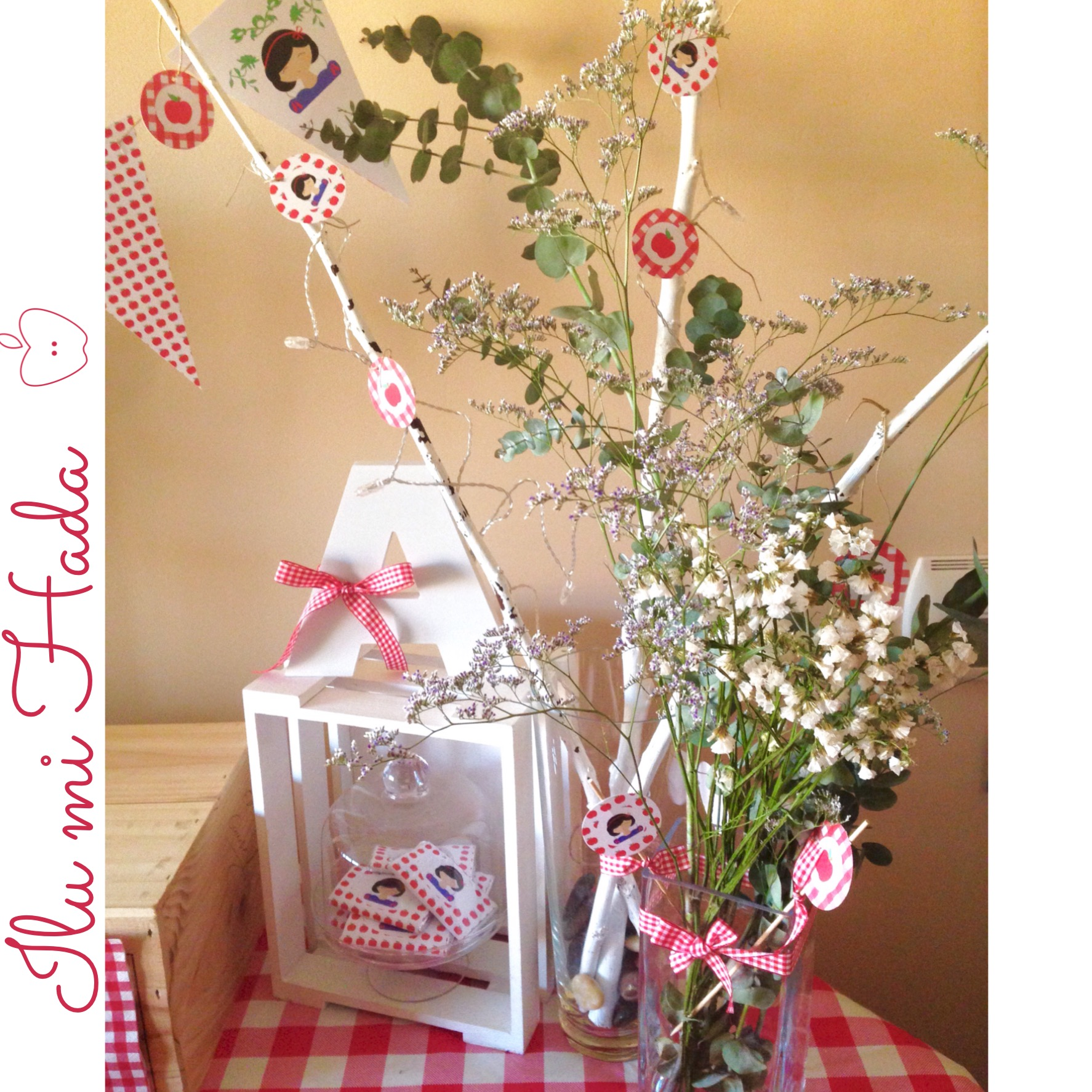 7. Letra A, adorno floral y chocolatinas